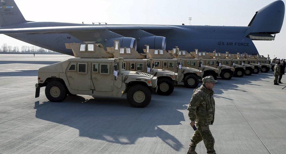 Soldados ucranianos participan en la ceremonia de bienvenida a primer avión con ayuda de EEUU trayendo lote de Humvee (archivo)