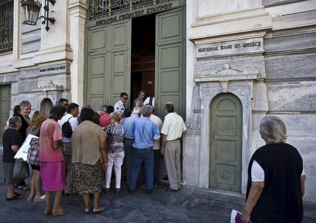 Esperan en cola frente a la entrada de sucursal de Banco Nacional en Atenas, Grecia