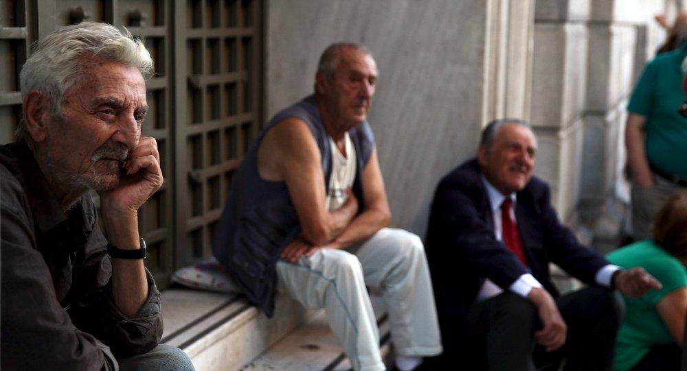 Gente espera fuera del Banco Nacional en Atenas, Grecia, el 20 de julio, 2015