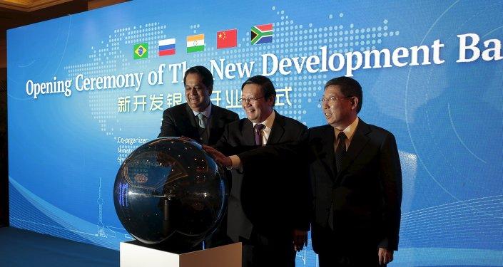 Presidente e Nuevo Banco de Desarollo, Kundapur Vaman Kamath, y ministro de Finanzas de China, Lou Jiwei, durante la ceremonia de apertura de NBD en Shanghái, China