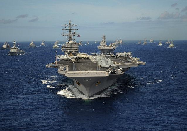 Portaaviones de la clase Nimitz USS Ronald Reagan (primer plano) durante los ejercicios navales en el Pacifico (archivo)