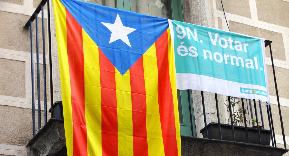Bandera independentista catalana y bandera que dice 9 de noviembre. Votar es normal