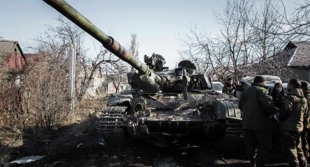 Milicianos de RPD y el tanque de las Fuerzas Armadas de Ucrania (archivo)