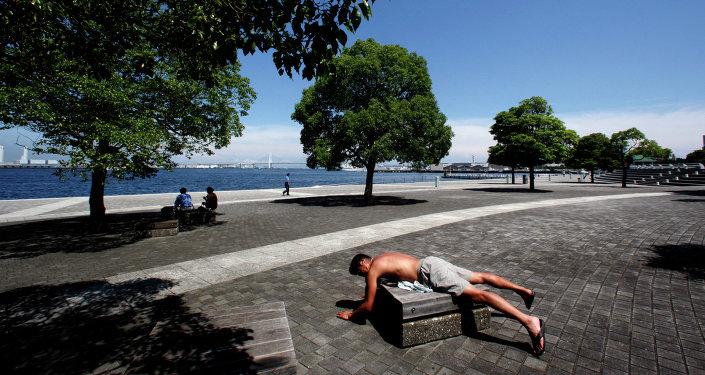 Un hombre japonés toma el sol en Yokohama