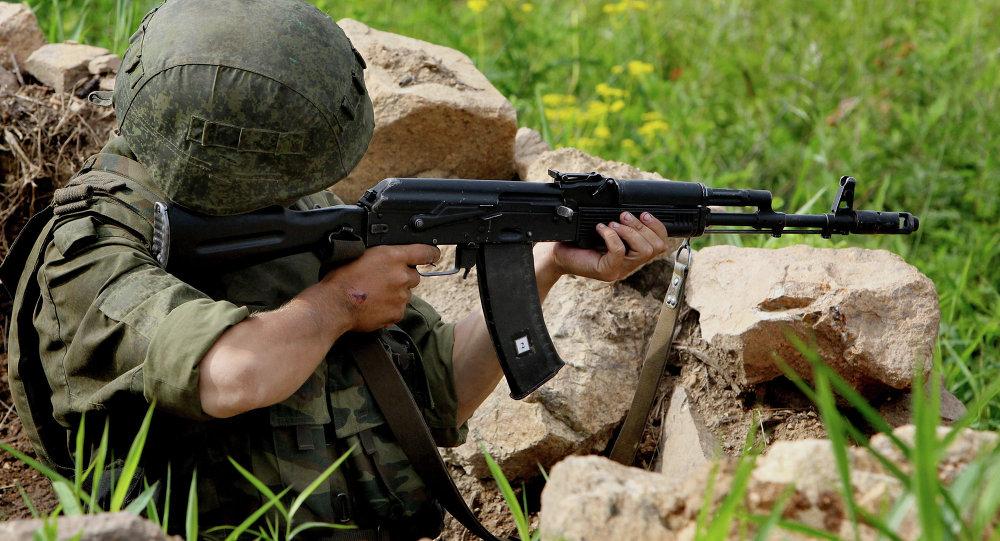 Militar con un fusil Kalashnikov