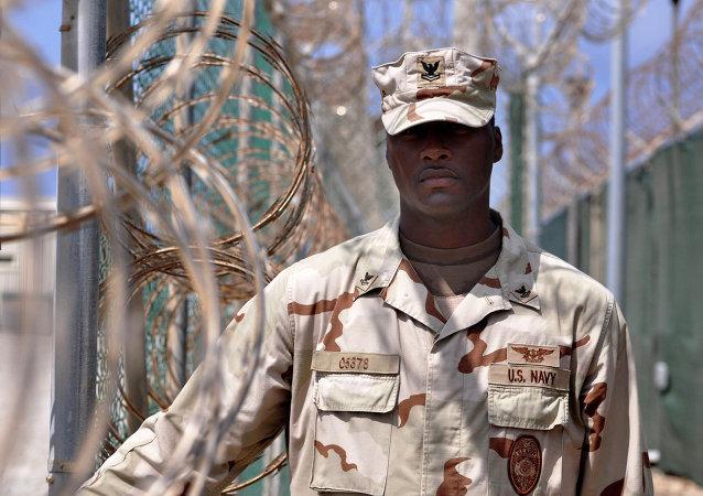 Guarda en el centro de detención de la Base Naval de Guantánamo de EEUU