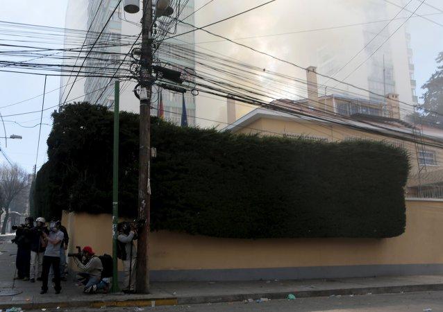 El humo en el territorio de la embajada de Alemania en La Paz