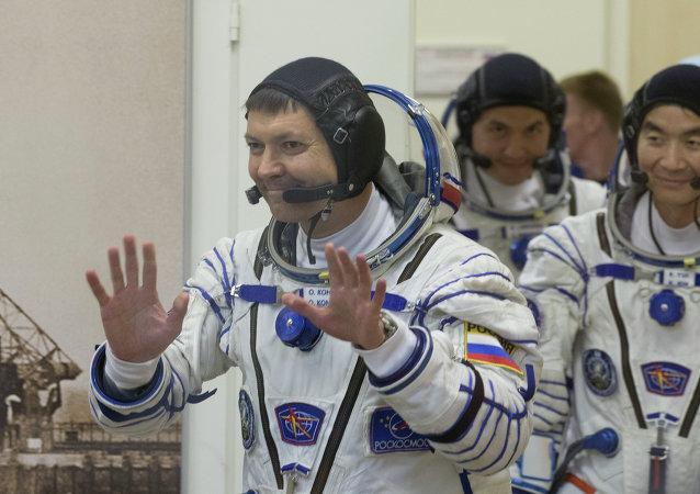 Cosmonautas Oleg Kononenko (Rusia), Kjell Lindgren (EEUU) y Kimiya Yui (Japón)