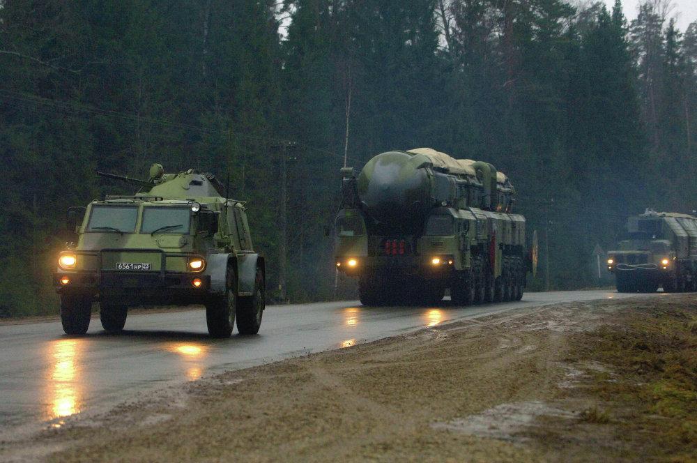 Vehículos blindados acompañan las lanzaderas de misiles Tópol durante una marcha