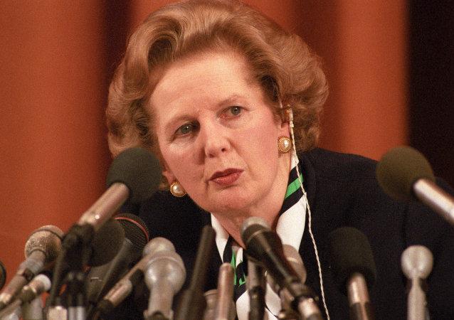 Margaret Thatcher en una conferencia de prensa