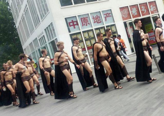 Detienen a 100 personas disfrazadas de espartanos en China