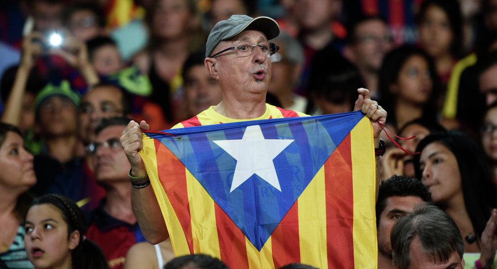 Hincha de Barça con la bandera independista de Cataluña