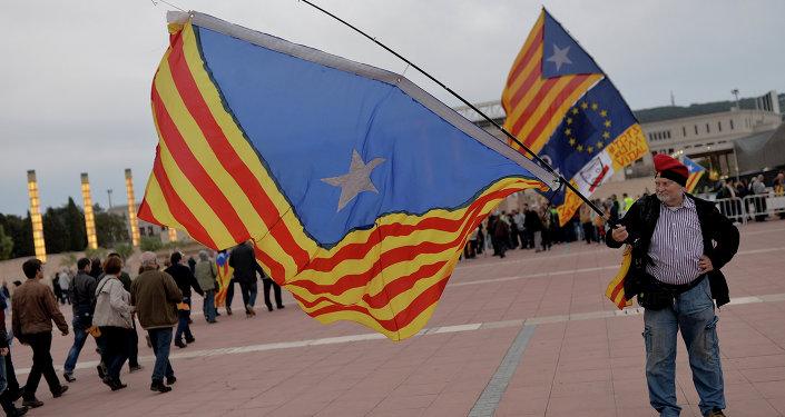 Hombre con la bandera independista catalán en Barcelona (archivo)