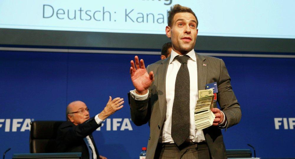 Joseph Blatter, presidente de la FIFA, y Simon Brodkin (Lee Nelson), cómico británico, en la rueda de prensa, el 20 de julio, 2015