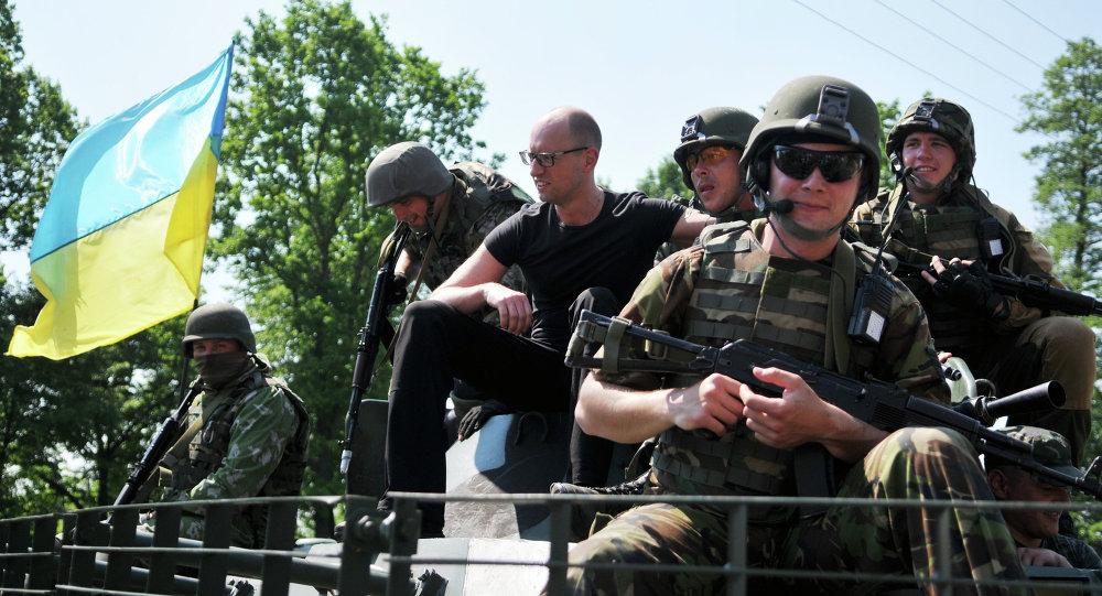Arseni Yatseniuk, primer ministro de Ucrania, y los militares de EEUU durante los ejercicios militares Fearless Guardian 2015
