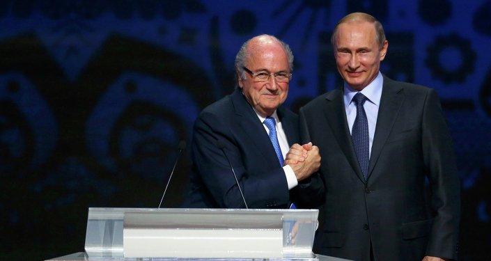 Presidente de la FIFA, Joseph Blatter,y presidente de Rusia, Vladímir Putin durante el sorteo preliminar de la Copa Mundial 2018