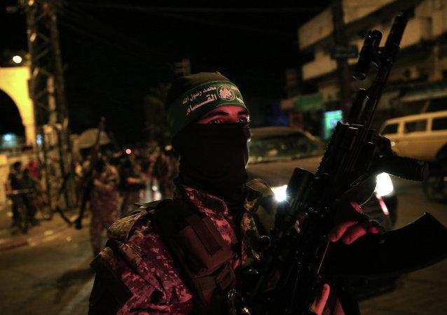 Un miembro del brazo armado del movimiento palestino Hamás, Las brigadas Ezedin al Qasam