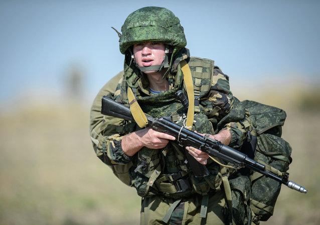 Militar ruso con un fusil Kalashnikov
