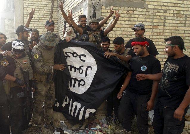 Fuerzas de seguridad de Irak con una bandera de Estado Islámico en provincia de Anbar, Irak, el 26 de julio, 2015
