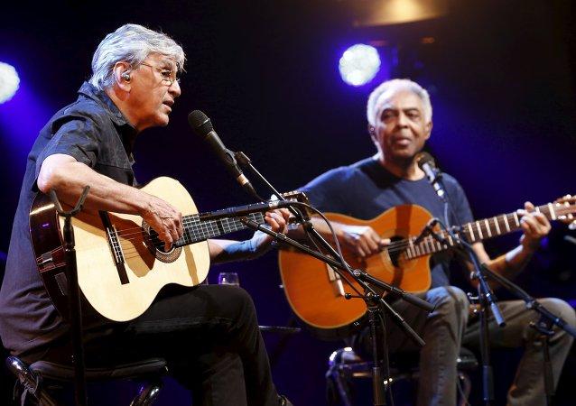 Caetano Veloso y Gilberto Gil, cantantes brasileños