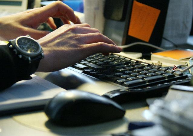 Un hombre trabaja en ordenador