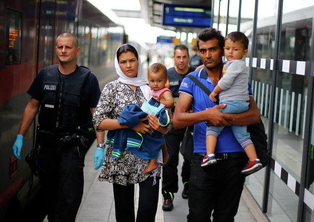 Policía acompaña una familia de refugiados afganos en Rosenheim, Alemania, el 28 de julio, 2015