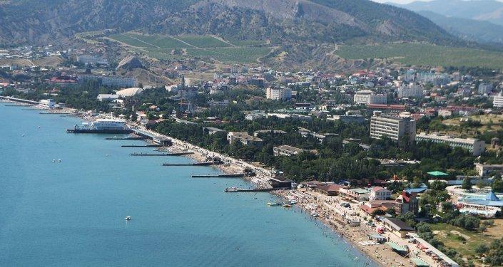 Costa de la ciudad de Sudak en Crimea
