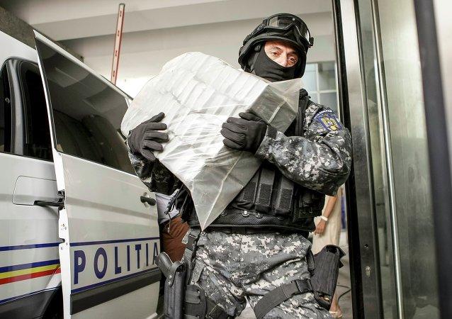 Mimembro de la DIICOT con  el lote de heroína en Rumanía