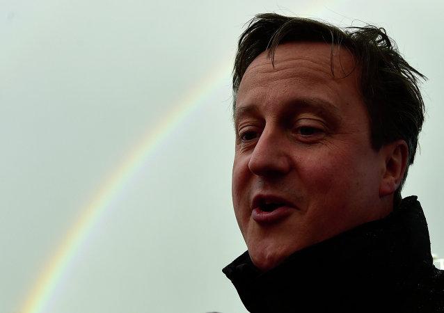 David Cameron con el arcoíris en el cielo al fondo