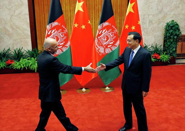Reunión de primer ministro de China, Li Keqiang, y presidente de Afganistán, Ashraf Ghani (Archivo)