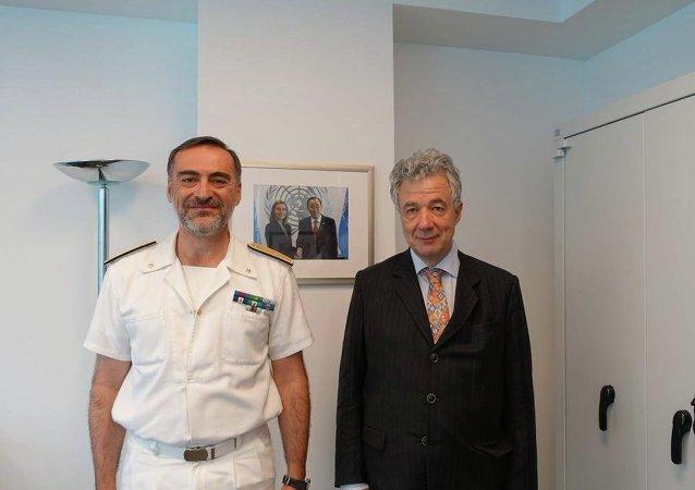 El comandante de la misión de la UE para repeler el flujo de inmigrantes indocumentados, Enrico Credendino (izda.), y el jefe de la Delegación de la UE en la ONU, Thomas Mayr-Harting