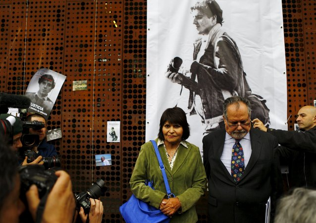 Carmen Gloria Quintana (en verde), Rodrigo Rojas (en el cartel)