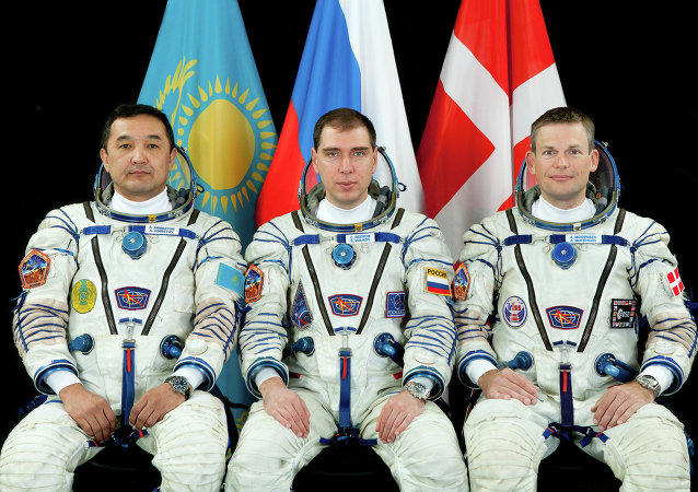 Cosmonauta kazajo, Aydyn Aimbetov, cosmonauta ruso Serguéi Vólkov y danés Andreas Mogensen