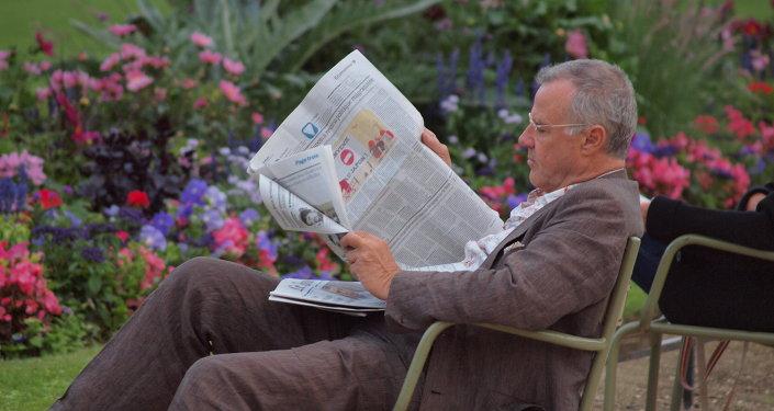 Un hombre leyendo un periódico