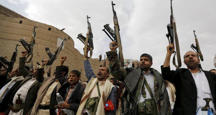 Partidarios del grupo Ansar Alá, también conocidos como hutíes, protestan contra bombardeos de coalición en Sanaa