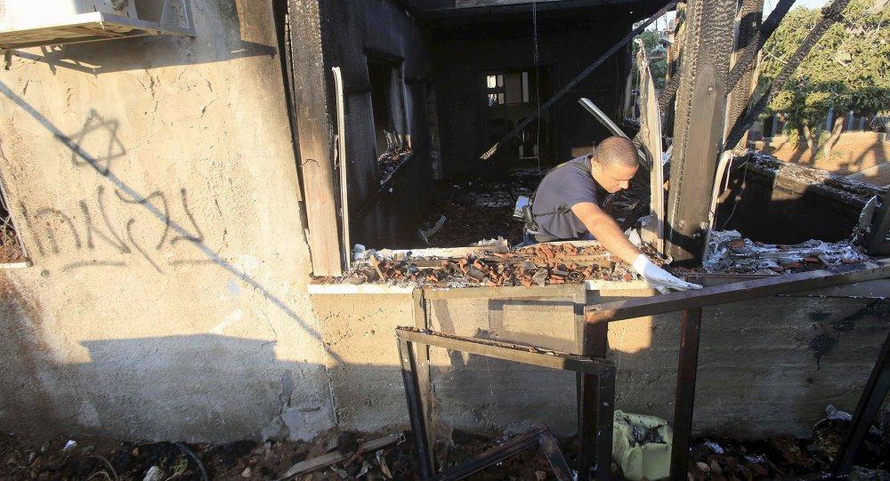 Policía israelí examina casa quemada con inscripción en hebreo que dice «Venganza»