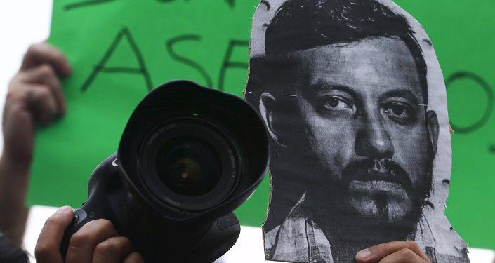 La imagen del fotoperiodista Rubén Espinosa en una protesta contra su asesinato en el monumento Ángel de la Independencia en la Ciudad de México