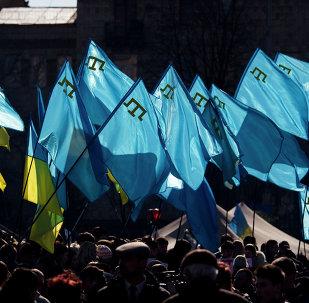 Los banderas de Ucrania y tártaros crimeos durante una manifestación en apoyo de los tártaros de Crimea (archivo)