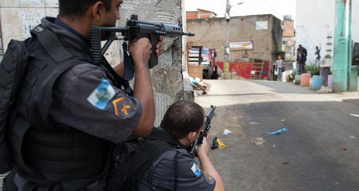 Policía militar de Brasil inspecciona favela