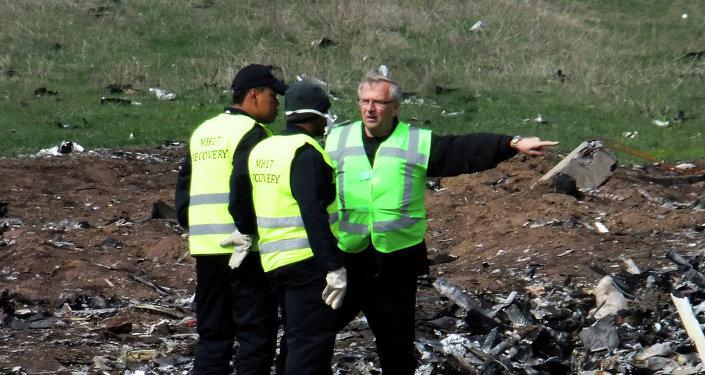 Expertos holandeses y malasios en el lugar del siniestro del MH17