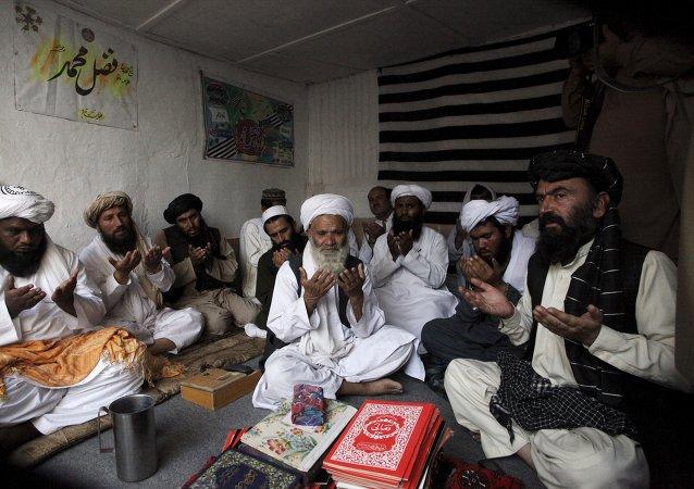 Pakistaníes rezan por difunto líder de Talibán, mulá Omar