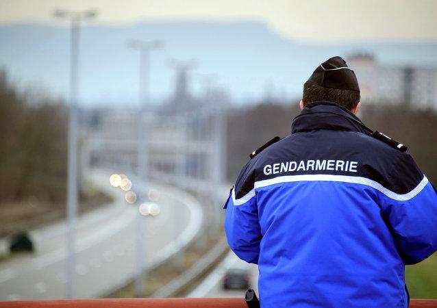 Policía francés cerca la frontera con Suiza