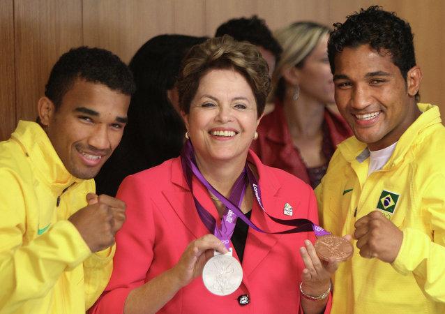 La presidenta de Brasil, Dilma Rousseff, y los boxeadores de Brasil, los hermanos Esquiva Falcao Florentino (izda.) y Yamaguchi Falcao Florentino