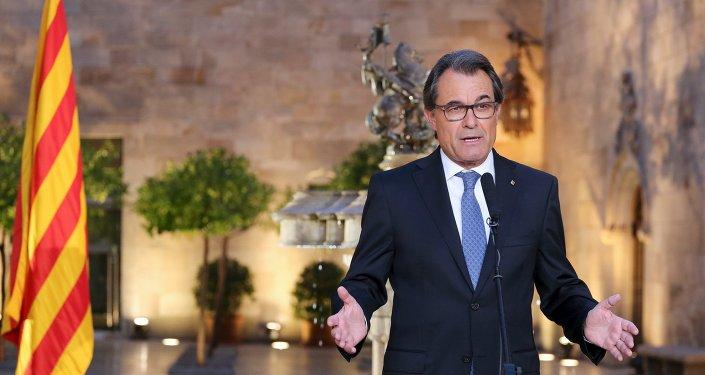 Presidente de Cataluña, Artur Mas, habla duspués de firmar una declaración que llama a conducir elecciones regionales el 27 de spetiembre en Barcelona