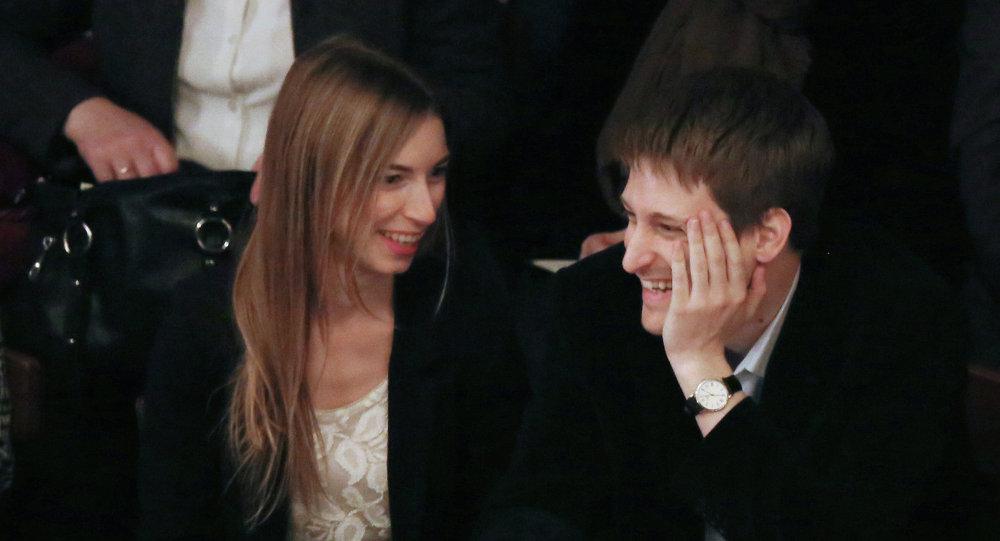 Edward Snowden con su novia Lindsay Mills