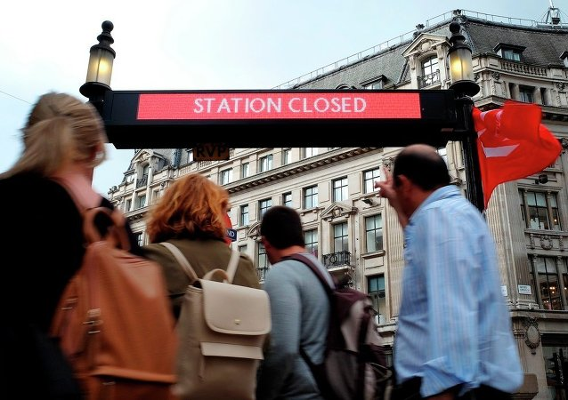 Gente pasa cerca una estación cubierta en Londres