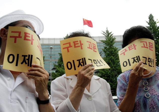 Refugiados norcoreanos cubren sus caras con pósteres que dicen «Dejen de pegar y torturarme»
