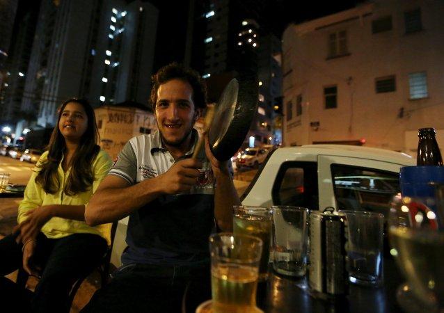 Las caceroladas han vuelto a sonar en las calles de Brasil a modo de protesta contra el Gobierno y la presidenta, Dilma Rousseff