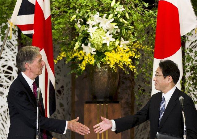Philip Hammond, ministro de Asuntos Exteriores del Reino Unido, y Fumio Kishida, ministro de Asuntos Exteriore de Japón, en Tokio, el 8 de agosto, 2015