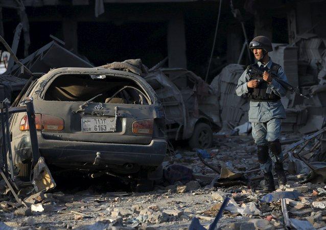 Policía afgano en el lugar del ataque con bomba en Kabul, el 7 de agosto, 2015